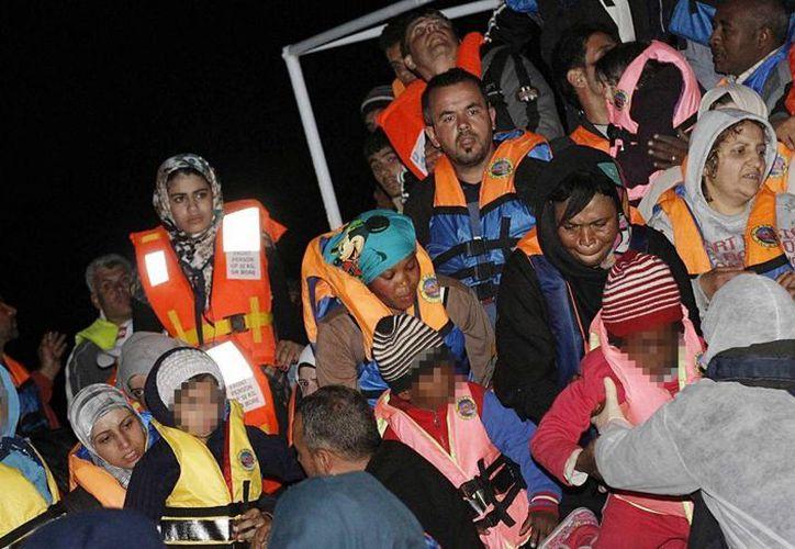 Más de mil 500 inmigrantes fueron rescatados hoy por naves militares italianas. (Archivo/EFE)