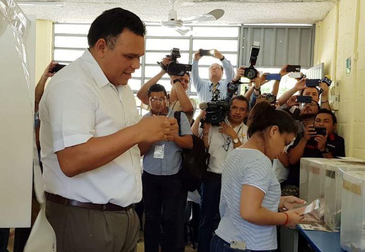 """El gobernador votó en la casilla 320 contigua, instalada en la escuela primaria """"Isolina Pérez Castillo""""."""