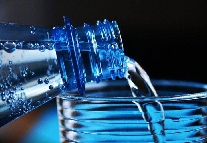 Un estudio demostró que una de las botellas que se había reutilizado tenía más de 900 mil unidades de bacterias por centímetro cuadrado. (RT)