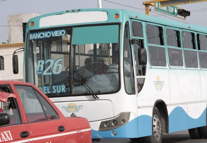 Los operadores de transporte público son mil 900, que en dos meses, ya contarán con su tarjetón actualizado. (Tomás Álvarez/SIPSE)