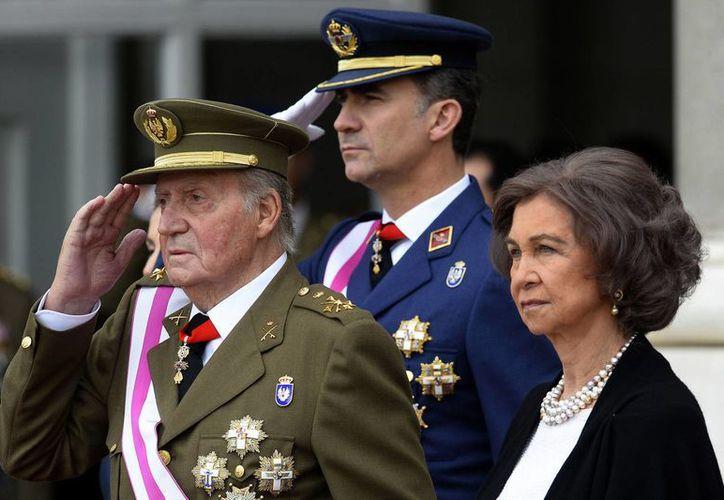El príncipe heredero Felipe de Borbón (centro) el rey Juan Carlos (izquierda) y la reina Sofía durante el desfile anual de la pascua militar el pasado enero en este año en Madrid, España. (Agencias)