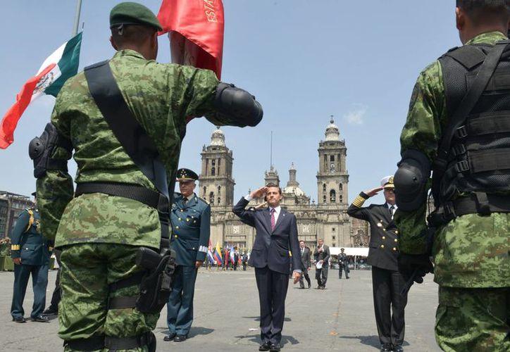El presidente Enrique Peña Nieto encabezó la ceremonia conmemorativa del 50 Aniversario del Plan DN-III-E, en la explanada de la Plaza de la Constitución, en la capital del país. (Notimex)
