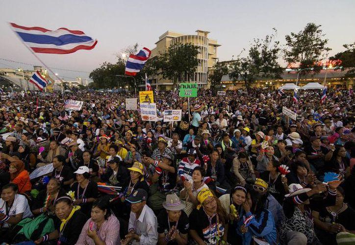 Manifestantes antigubernamentales tailandeses durante una manifestación en el Monumento a la Democracia, en Bangkok. (Agencias)