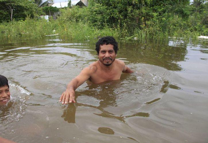 Tienen que esperar por lo menos 15 días para que baje el nivel del agua, problema con el que viven desde hace ocho años. (Harold Alcocer/SIPSE)