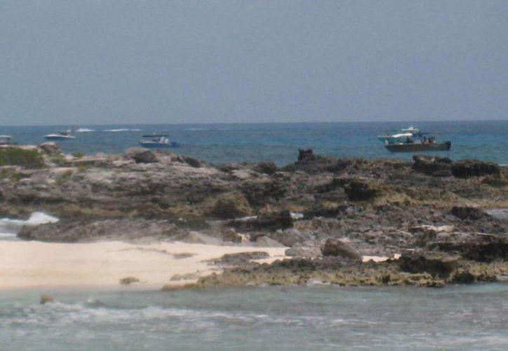 Decenas de embarcaciones de turistas acuden a la parte oriente de la ínsula. (Lanrry Parra/SIPSE)