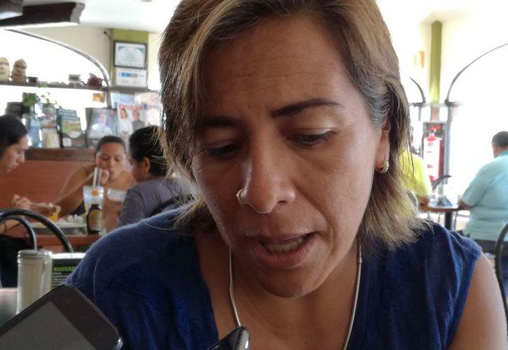 Dinora Cárdenas Bravo, amiga del paciente, pide la devolución del dinero. (Adrián Barreto/SIPSE)