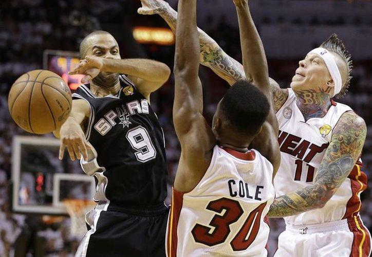 El Heat venció a los Spurs en una de las series más dramáticas y electrizantes en la historia de la NBA. (AP)