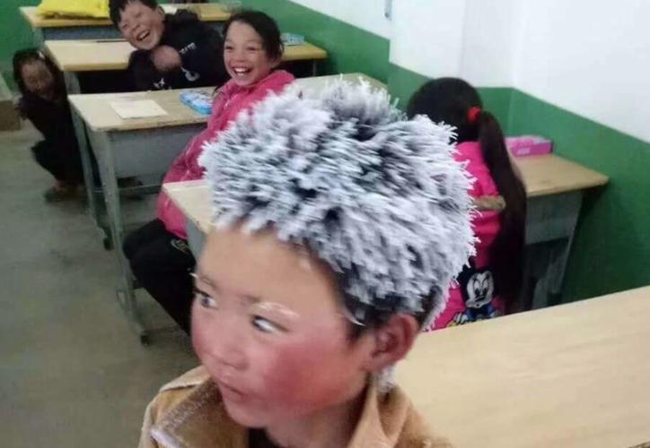 El niño tiene 10 años y camina desde muy lejos para ir a la escuela. (Foto: Contexto/Internet).