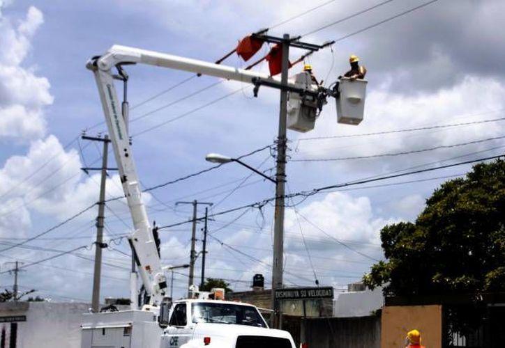 Uno de los rubros en los que ayudó en Yucatán este año el Programa 3x1 para Migrantes es la ampliación de redes de energía eléctrica e iluminación. (Milenio Novedades)