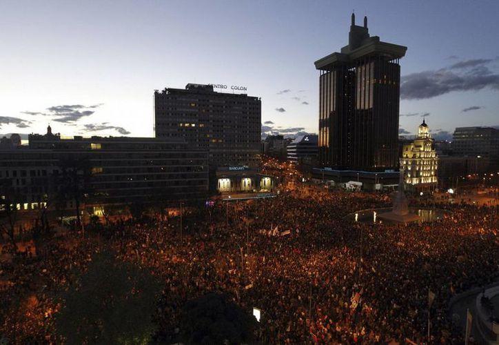 Manifestantes protestan en la plaza de Colón de Madrid contra la política económica y los despidos de trabajadores. (EFE)