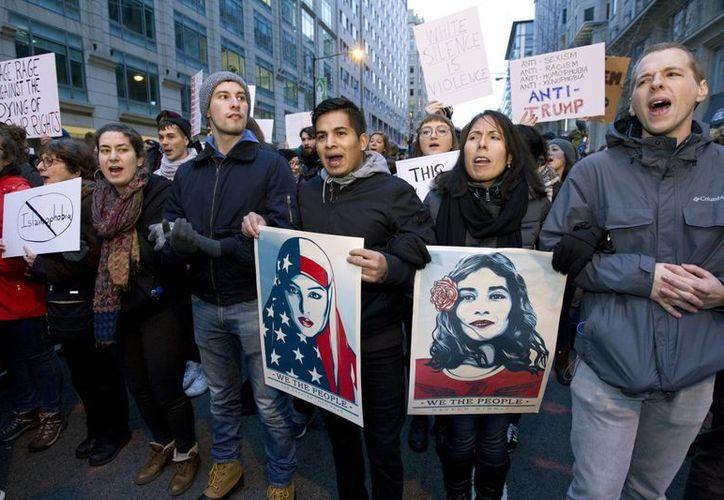 Los manifestantes marchan en la calle cerca de un puesto de control de seguridad en Washington. (AP/José Luis Magana)