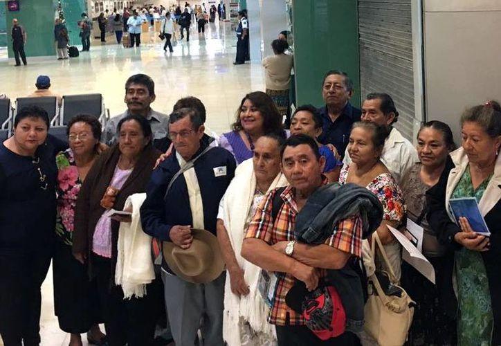 La titular de Indemaya, Rosario Cetina Amaya, garantizó ayer que el programa migratorio 'Cabecitas blancas' continuará en 2017. Imagen de contexto de un grupo de ancianos que viajaron hasta EU para visitar a sus familiares. (Milenio Novedades)