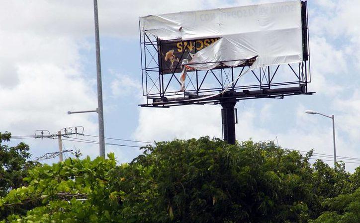 El Ayuntamiento de Mérida continúa con el trabajo para detectar publicidad irregular, que viola el Reglamento de Imagen publicitaria. Imagen de contexto de un espectacular que fue retirado por las autoridades. (Milenio Novedades)