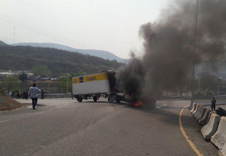 Los normalistas se enfrentaron a pedradas contra la Policía Estatal en el nuevo Libramiento a Tixtla. (Rogelio Agustín Esteban).