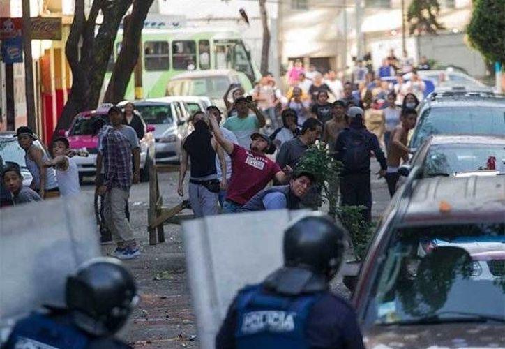Policía de Escobedo, NL, arrestó a un grupo de jóvenes saqueadores. Imagen de contexto de un grupo de manifestantes que intentaban 'robar' en un comercio. (excelsior.com.mx)