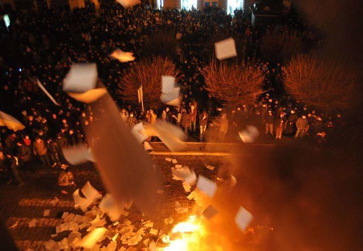 Manifestantes ucranianos queman documentos de la fiscalía en la ciudad ucraniana de Lvov. (Agencias)
