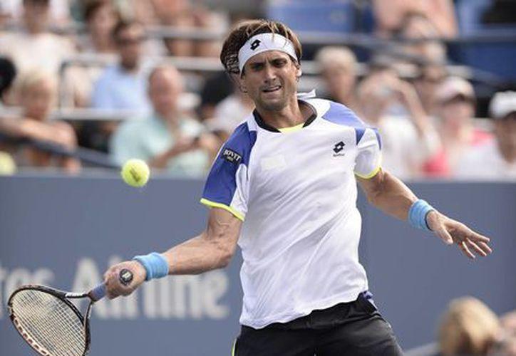 El tenista español David Ferrer responde una bola ante su compatriota Roberto Bautista Agut. (EFE)