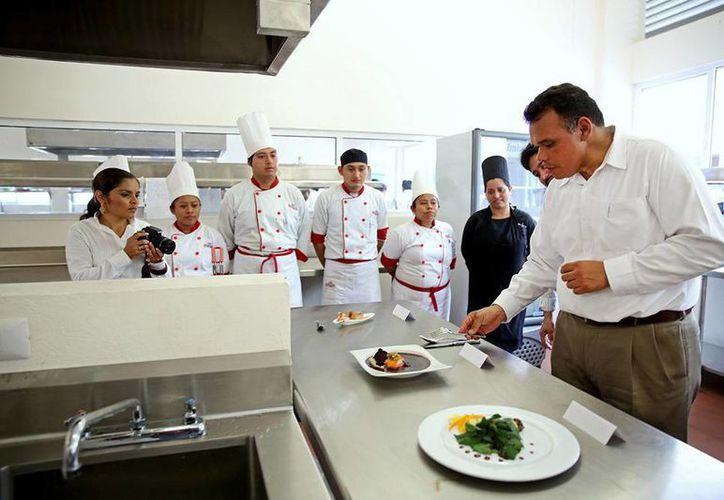 El gobernador Rolando Zapata degustó diversos platillos preparados por estudiantes de la Universidad Tecnológica del Mayab. (Cortesía)