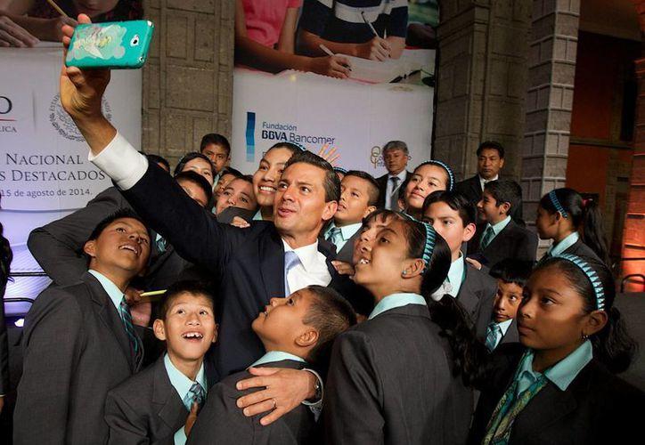 El Presidente Enrique Peña Nieto durante un encuentro con alumnos destacados de todo el país campeones de la Olimpiada del Conocimiento Infantil 2014 en Palacio Nacional. (Archivo/Notimex)