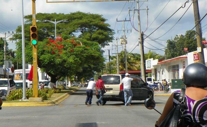 Los elementos de la Policía Judicial persiguieron a Carlos hasta la 25 avenida con Primera Sur, en donde uno de sus hermanos golpeó a los uniformados.  (Redacción/SIPSE)