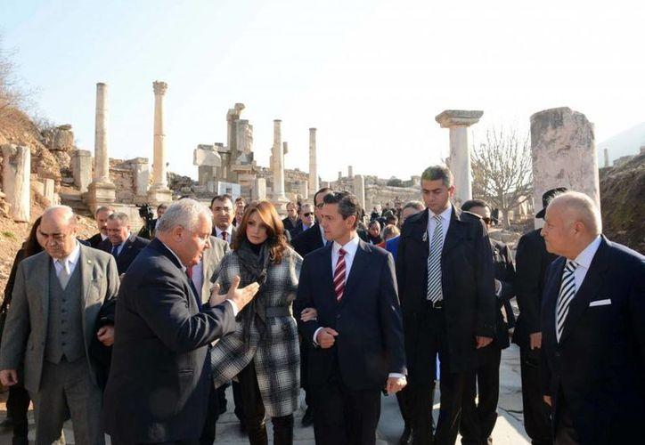 El presidente de México, Enrique Peña Nieto, en compañía de su esposa, Angélica Rivera, durante un evento político en Éfeso, Turquía, este 19 de diciembre. (presidencia.gob.mx)