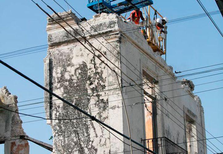 Trabajadores destruyeron la casona del Centro Histórico de Mérida, que el sábado 24 de junio colapsó parcialmente con la intensa lluvia. (Milenio Novedades)