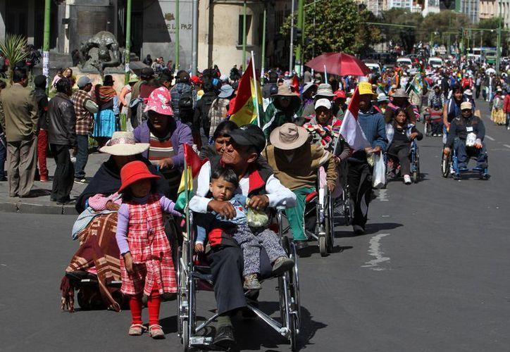 Un grupo de manifestantes en condición de discapacidad, en La Paz., Bolivia, marcharon para ratificar su exigencia de un bono mensual de 73 dólares y no los 150 anuales que en al actualidad reciben. (EFE/Archivo)