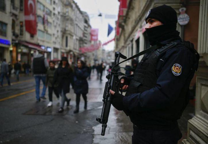 Tras el ataque, las autoridades mantienen vigiladas las calles de Turquía. (AP/Emrah Gurel)
