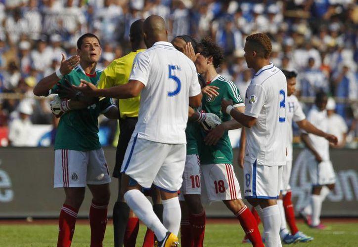 El partido ante Honduras dejó mal sabor a México. (Agencias)