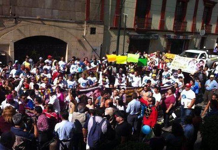 Un grupo de cirqueros protestaron contra los legisladores y los grupos ambientalistas por la reforma a la Ley Estatal de Fauna en Morelos. (Milenio)