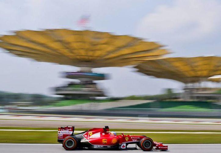 El piloto español Fernando Alonso (Ferrari) participa en la primera jornada de entrenamientos libres para el Gran Premio de Malasia, en el circuito de Sepang. (EFE)