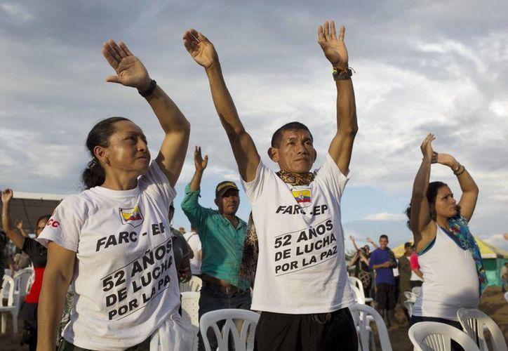 La petición de perdón por parte de las FARC generó una ovación de los dos mil 500 invitados a la ceremonia, la mayoría de ellos vestidos de blanco. (AP/ Fernando Vergara)