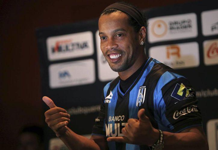 Ronaldinho en foto del 12 de septiembre del año en curso. El astro brasileño no ha podido escapar a los insultos racistas cada vez más frecuentes en estadios de México. (Foto:  AP)