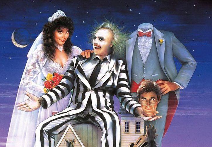 La cinta  Beetlejuice protagonizada por Michael Keaton y Winona Ryder fue adaptada como una obra musical. (Foto: Hipertextual)