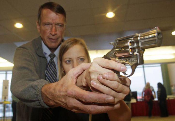 Una maestra de cuarto grado de la Escuela Primaria de Highland, Utah, recibe entrenamiento de armas. (Agencias)
