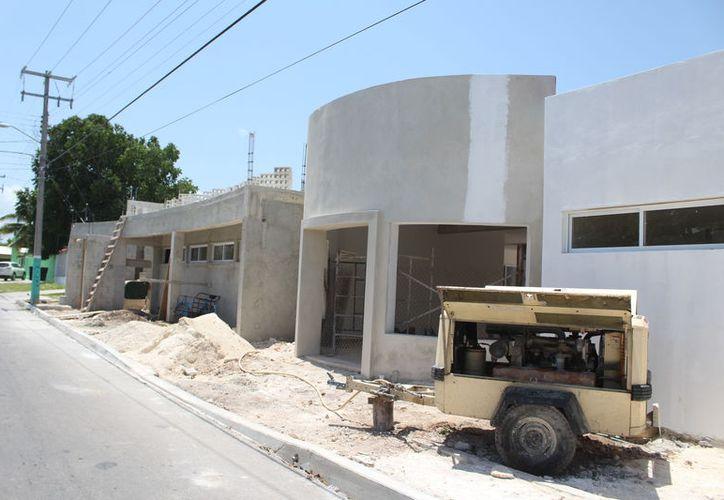 Dos muros de la construcción de un albergue para niños con cáncer en Chetumal, que invaden la vía pública, serán derribados. (Joel Zamora/SIPSE)