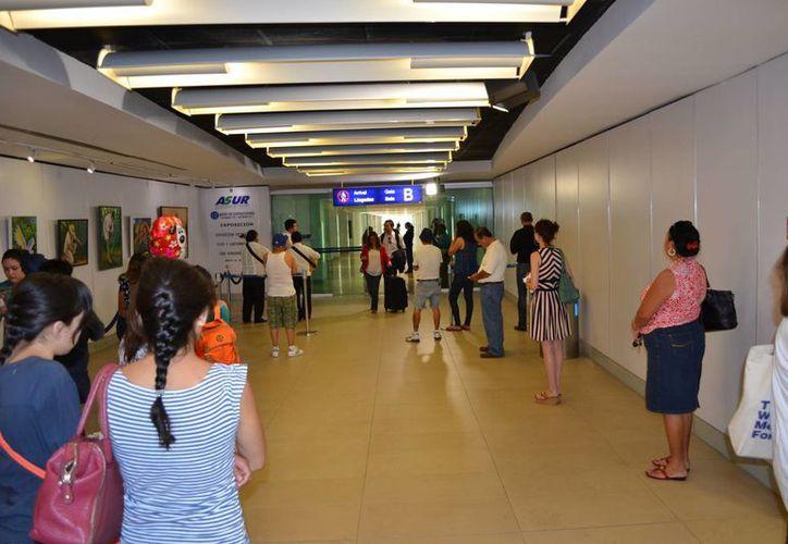 La terminal de Asur organiza exposiciones de artistas locales para dar una buena imagen al turista. (Notimex)