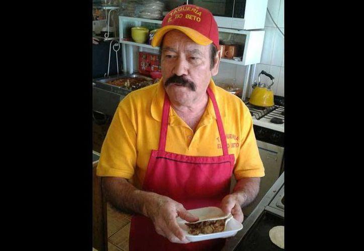 'Don Beto' es el inventor de tacos como el Peña Nieto, el Barack Obama y el taco de Ninel Conde. (Imagen tomada: eldiariodechihuahua.mx)