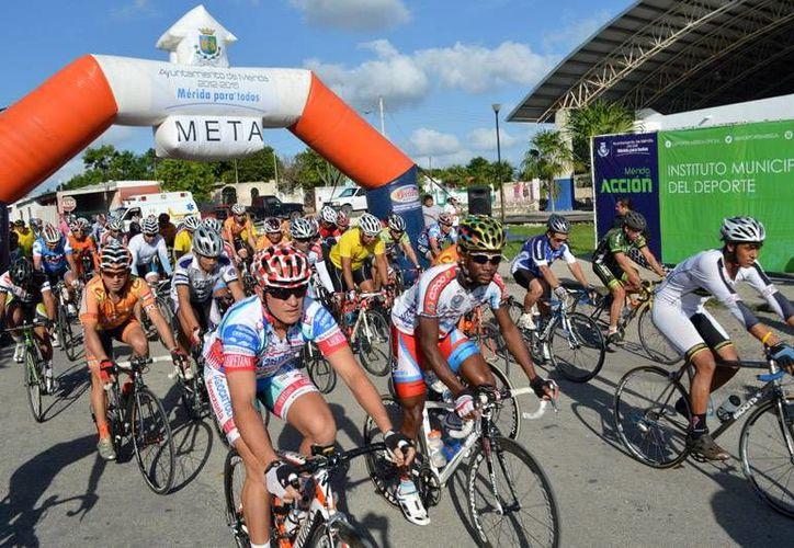 La salida de los ciclistas se realizó en el Gimnasio de San José Tecoh. (Milenio Novedades)