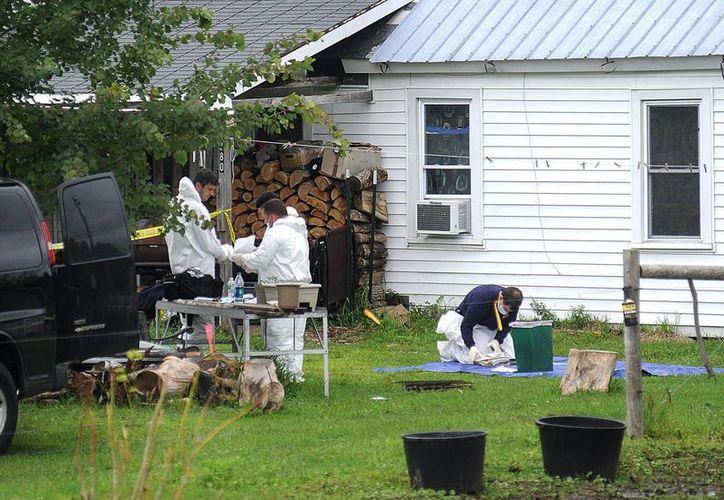 La Policía del Estado de Nueva York investigan en el domicilio de los presuntos secuestradores Stephen Howells II y Nicole F. Vaisey, de las niñas menonitas en Hermon, NY. (Agencias)