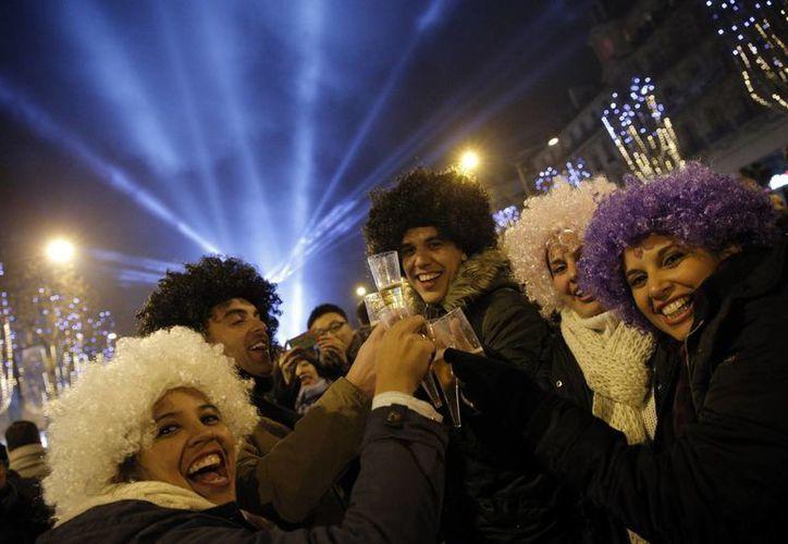En París, miles de policías blindaron los festejos de Año Nuevo en la emblemática avenida de los Campos Elíseos. (AP)