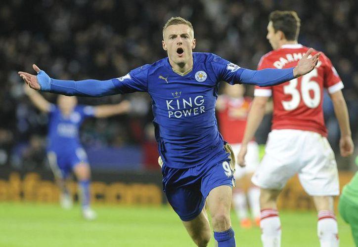 El delantero del Leicester City, Jamie Vardy, anotó este sábado al minuto 23 en el encuentro de su equipo contra el Manchester United y cumplió once juegos seguidos marcando gol, nueva marca en el futbol inglés. (AP)