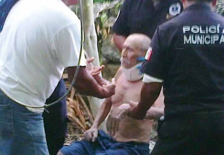 Rescate del anciano que cayó al fondo de pozo por querer jalar agua. (Milenio Novedades)