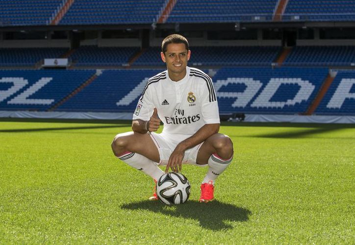 Javier Hernández pisa el césped del estadio Santiago Bernabeu, casa del Real Madrid. (Foto: AP)