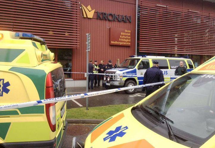 Servicios de emergencia acuden al lugar donde un hombre enmascarado atacó a otras personas con una espada. (Agencias)