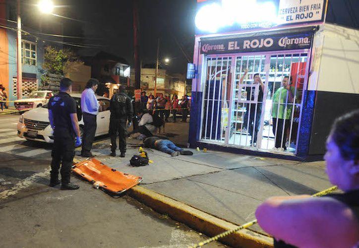 Sujetos armados intentaron robarle su vehículo pero el conductor se opuso y le dispararon en varias ocasiones.  (Foto: Sin Embargo)