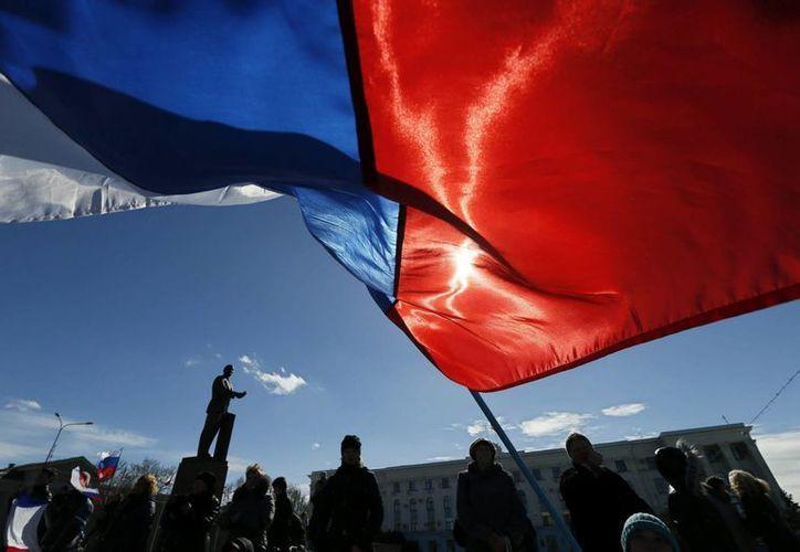 Ciudadanos celebran el resultado del referendo celebrado este domingo sobre la independencia de la República de Crimea respecto de Ucrania. (EFE)