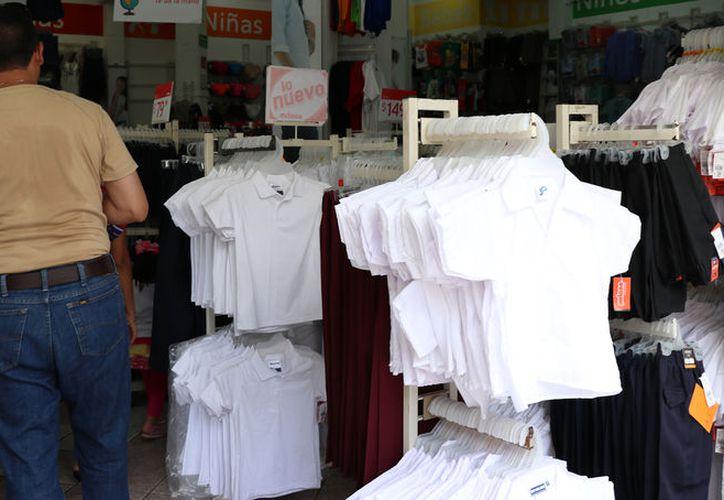 Las ventas de útiles escolares y uniformes representa entre 35 y 70 por ciento de los ingresos anuales de los negocios de ramo. (Daniel Sandoval/SIPSE)
