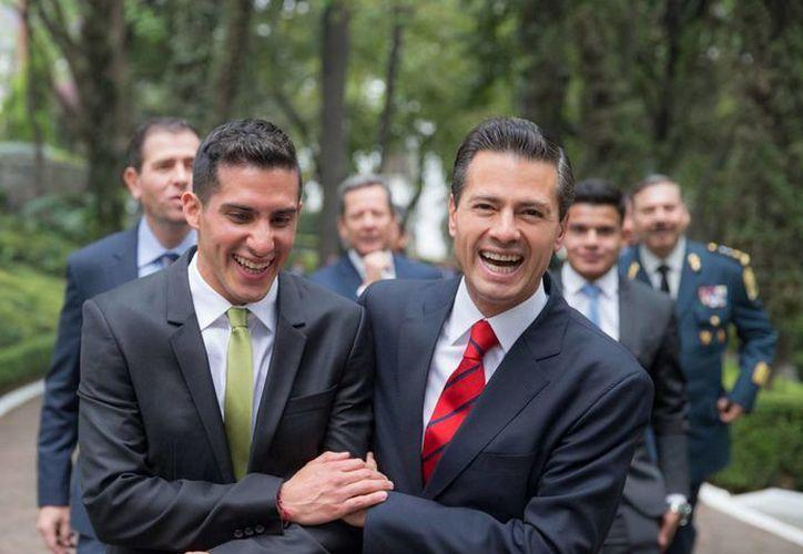 Rommel Pacheco con el presidente de México, quien felicitó y reiteró su apoyo a los clavadistas mexicanos que pronto competirán en las Olimpiadas. (Notimex)