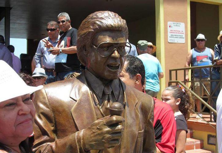 La estatua del salsero Héctor Lavoe se encuentra en el complejo recreativo La Guancha, en Ponce, Puerto Rico. (EFE)
